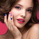 Piękna wzorcowa dziewczyna z jaskrawym różowym makeup i Obraz Stock