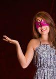 Piękna wzorcowa kobieta jest ubranym różową karnawał maskę Zdjęcia Royalty Free