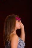 Piękna wzorcowa kobieta jest ubranym różową karnawał maskę Obraz Stock