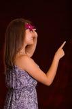 Piękna wzorcowa kobieta jest ubranym różową karnawał maskę Zdjęcia Stock