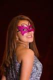Piękna wzorcowa kobieta jest ubranym różową karnawał maskę Obrazy Stock