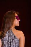 Piękna wzorcowa kobieta jest ubranym różową karnawał maskę Zdjęcie Royalty Free