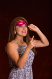 Piękna wzorcowa kobieta jest ubranym różową karnawał maskę Zdjęcie Stock