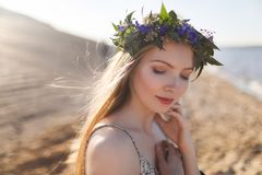Piękna Wzorcowa kobieta z Perfect Makeup, Długim Kędzierzawym włosy i wiankiem kwiaty, Fotografia Stock