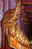 Piękna złota buddyjska statua w medytaci akci Fotografia Stock