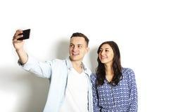 Piękna z podnieceniem młoda prosta para robi śmiesznym twarzom, śmia się, uśmiecha się & bierze, selfie, mieć zabawę z mobilny te Zdjęcie Royalty Free