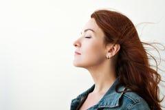 piękna z włosami portreta czerwieni kobieta Patrzeje daleko od w inspirowanym sposobie, marzy o coś Obraz Royalty Free