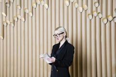 Piękna zadziwiająca blondynki biznesowa kobieta w czerni szkłach i sukni Fotografia Royalty Free