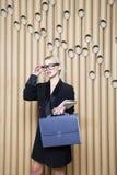Piękna zadziwiająca blondynki biznesowa kobieta w czerni szkłach i sukni Obrazy Stock