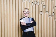 Piękna zadziwiająca blondynki biznesowa kobieta w czerni szkłach z kawowym kubkiem i sukni Obraz Stock