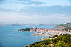 Piękna zadziwiająca miasto sceneria z łodziami w zatoce w Izola, Slovenia Cudowni ekscytuje miejsca wakacje, odpoczynek - poj?cie obrazy stock