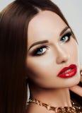 Piękna zakończenia portret młoda kobieta z jaskrawym makeup, niebieskimi oczami i czerwonymi tłuściuchnymi wargami, Makeup, piękn Obrazy Stock