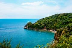 Piękna zatoka Adriatycki wybrzeże blisko Budva antena Zdjęcie Royalty Free