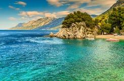 Piękna zatoka i plaża z motorboats, Brela, Dalmatia region, Chorwacja, Europa zdjęcie stock
