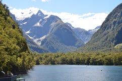 Piękna zatoka w Nowa Zelandia z majestatyczną górą jako tło obrazy stock