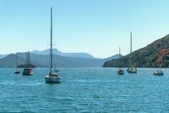 Piękna zatoka z jachtami i łodziami obrazy royalty free