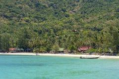 Piękna zatoka z kokosowymi drzewkami palmowymi i łodziami Tropikalna piasek plaża, woda morska na wyspy Koh Phangan i, Tajlandia obrazy stock
