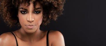 Piękna zbliżenia portret dziewczyna z afro Obrazy Stock