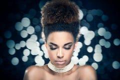 Piękna zbliżenia portret dziewczyna z afro Zdjęcie Stock