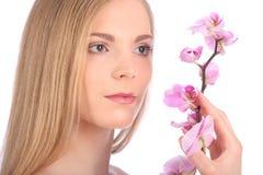 Piękna zdrój dziewczyna Z orchideą Kwitnie Skincare pojęcie Zdjęcia Royalty Free