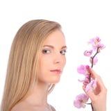 Piękna zdrój dziewczyna Z orchideą Kwitnie Skincare pojęcie Zdjęcie Royalty Free