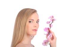 Piękna zdrój dziewczyna Z orchideą Kwitnie Skincare pojęcie Fotografia Royalty Free
