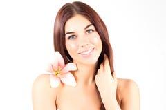 Piękna zdrój kobieta dotyka jej włosy Kobieta z menchiami kwitnie ono uśmiecha się z białymi zębami Kobieta z świeżą i jasną skór Zdjęcia Stock