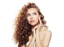 Piękna zdrój kobieta z zdrowym falistym włosy odizolowywającym fotografia royalty free