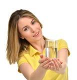 Piękna zdrowa kobieta z wody pitnej szkłem w żółtym polo Fotografia Stock