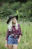 Piękna zdrowa młoda kobieta outdoors jest ubranym dużego opadającego kapelusz Obraz Royalty Free