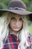 Piękna zdrowa młoda kobieta outdoors jest ubranym dużego opadającego kapelusz Fotografia Stock