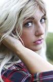 Piękna zdrowa młoda kobieta outdoors jest ubranym przypadkowego strój Obrazy Royalty Free