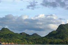 Piękna zielona góra i dramatyczna obłoczna niebo sceneria Zdjęcie Royalty Free