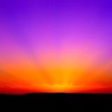 Piękna zmierzch czerwień, pomarańcze i purpury z promieniami światło słoneczne, Fotografia Stock