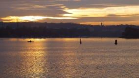 Piękna zmierzchu i rybaka łódź Samotność na wodzie Sylwetki pocieszają na wodzie zdjęcie wideo