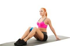 Piękna zmysłowa kobieta robi sprawności fizycznej z piłką Obrazy Stock