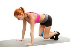Piękna zmysłowa kobieta robi sprawności fizycznej z piłką Obraz Royalty Free