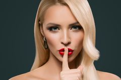 piękna zmysłowa kobieta z cisza symbolem, obrazy stock