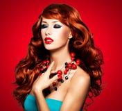 Piękna zmysłowa kobieta z długimi czerwonymi hairs zdjęcia stock