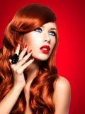 Piękna zmysłowa kobieta z długimi czerwonymi hairs zdjęcie royalty free