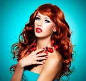 Piękna zmysłowa kobieta z długimi czerwonymi hairs zdjęcie stock
