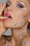 Piękna zmysłowa młoda kobieta z kamieniami na twarzy Obrazy Stock
