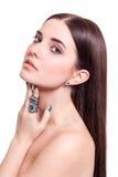Piękna zmysłowa młoda kobieta z nagimi ramionami Fotografia Stock