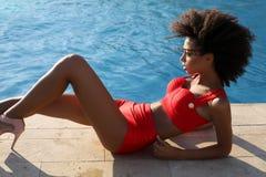 Piękna zmysłowa oliwkowa dziewczyna jest ubranym luksusowego czerwonego swimsuit Zdjęcia Royalty Free