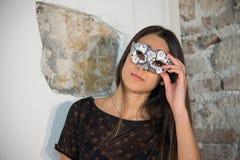 Piękna zmysłowości eleganci dziewczyny brunetki twarzy kobieta Pozować i fotografia stock