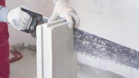 Piękna zwolnione tempo w budowie i naprawie - męskiego budowniczego piłowania pazy gipsowi bloki zbiory wideo