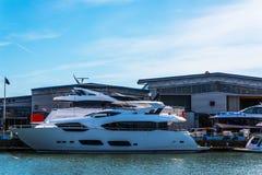 Piękne łodzie cumować brzeg, Zdjęcia Royalty Free