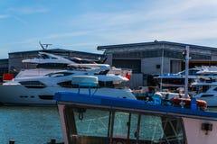 Piękne łodzie cumować brzeg, Obraz Royalty Free