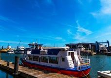 Piękne łodzie cumowali brzeg w tło małym rypsie, Zdjęcia Stock