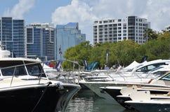 Piękne światowe klasowe łodzie w Marina dźwigarkach zdjęcia royalty free